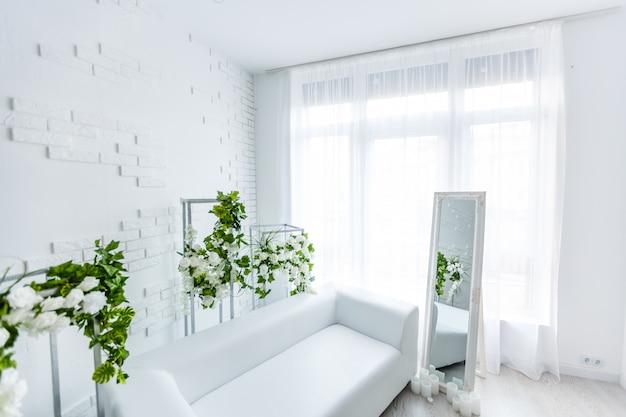 絵画とランプとアパートのインテリアの長椅子の前に白いカーペット。