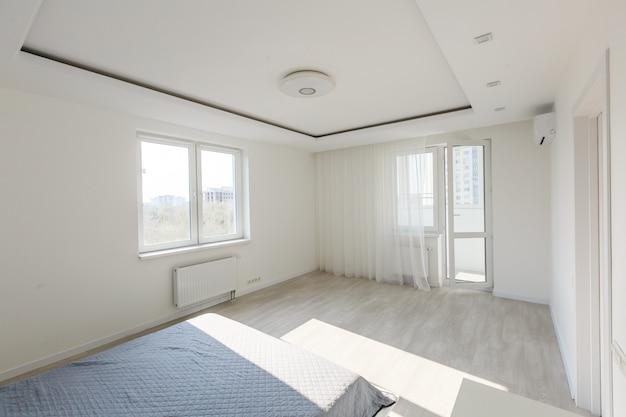 快適さと寝具のコンセプト-自宅の寝室のベッド