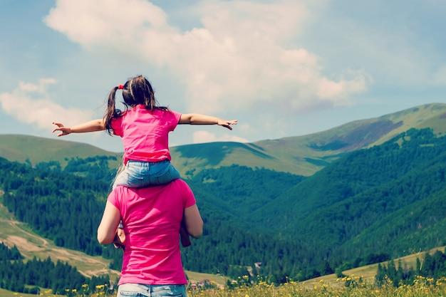 美しい母親と娘、山の上