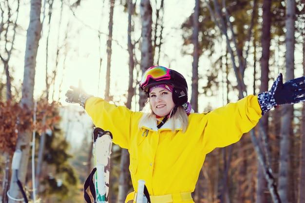 山のスキーヤーの少女