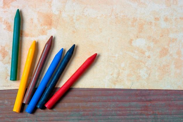 古い紙と色鉛筆