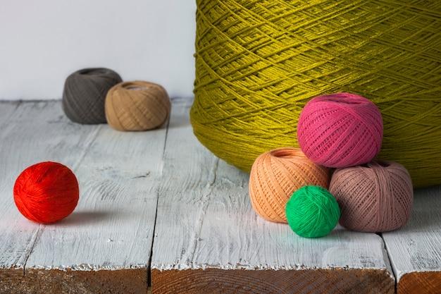 明るい色の糸