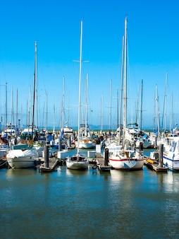 桟橋でのボートとヨット
