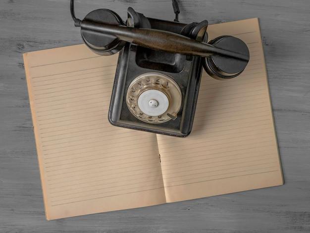 黒い古い電話