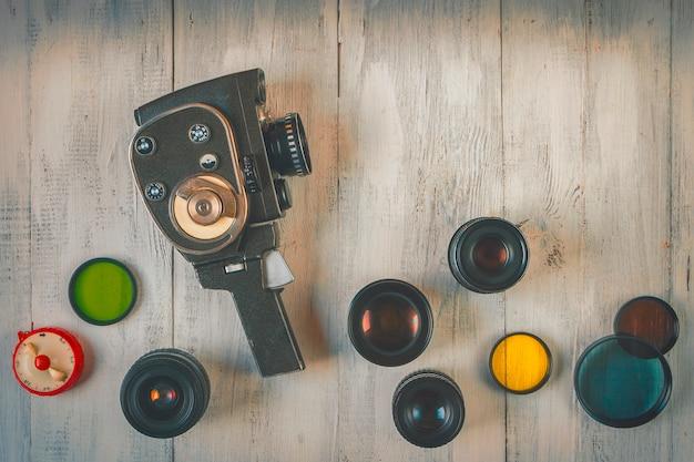 レンズ付きの古い映画用カメラ