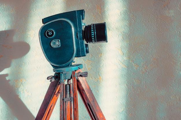 三脚に古い映画カメラ