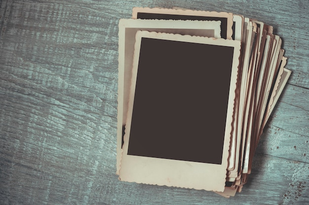 木製のテーブルの上の古い写真のスタック