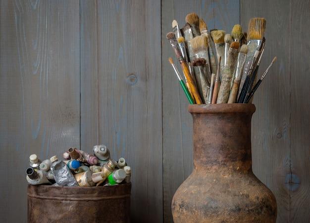 アーティストのブラシと塗料。芸術的な設備