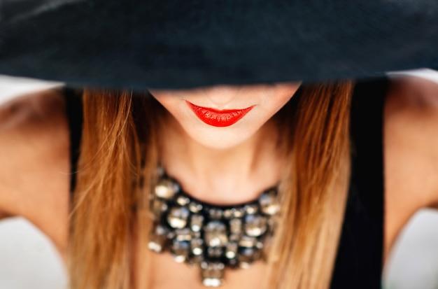 黒い帽子の若いきれいな女性の肖像画