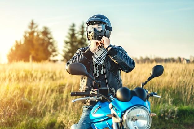 Человек на спортивном мотоцикле, открытый на дороге