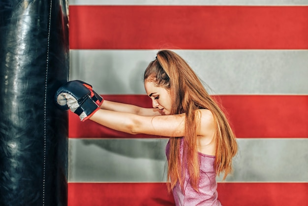 ジムでボクシングの長い髪のかわいい女の子