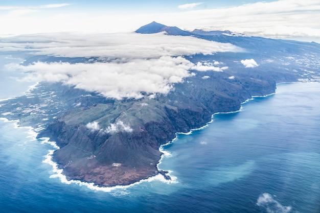 空からテイデ火山とテネリフェ島の風景