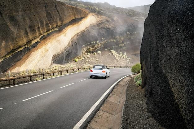 車は山の道を運転します。