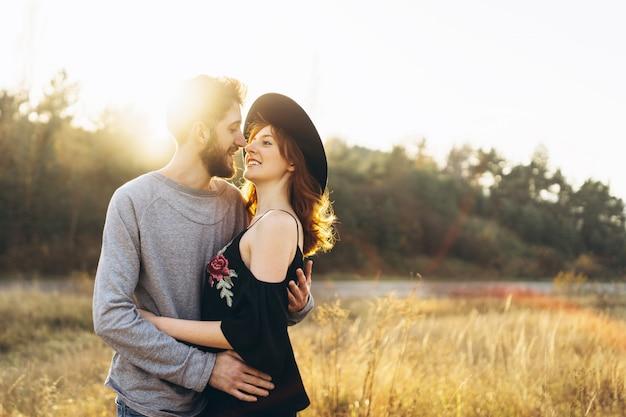 かなり若いロマンチックなカップルは屋外で一緒に時間を過ごします。
