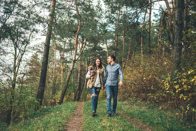 森を歩いて少しヨークシャーテリアときれいなカップル。