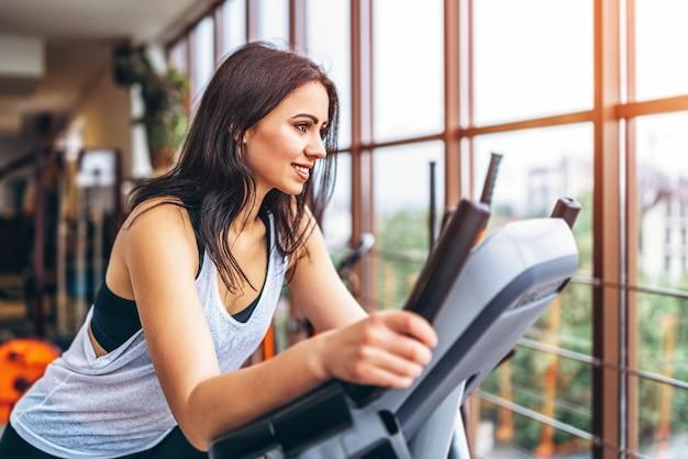 Симпатичная спортивная девушка тренировки в тренажерном зале