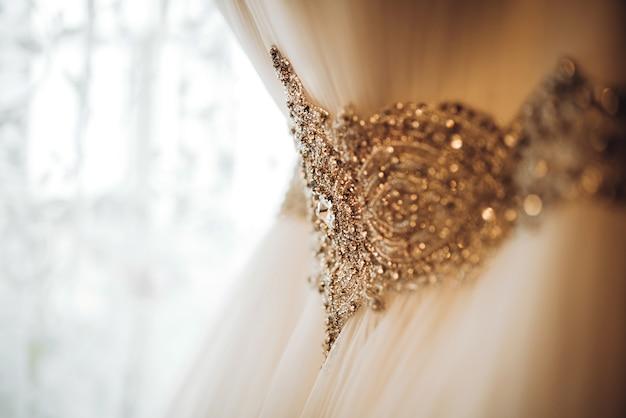 かなり白いウェディングドレスが花嫁の部屋にハングアップする
