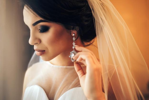 きれいな花嫁の結婚式の前にドレスアップ