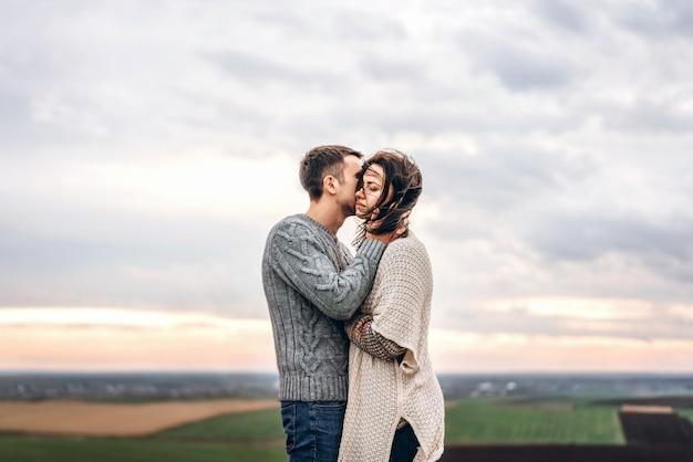 ロマンチックな若いカップルは、屋外で一緒に時間を過ごします。