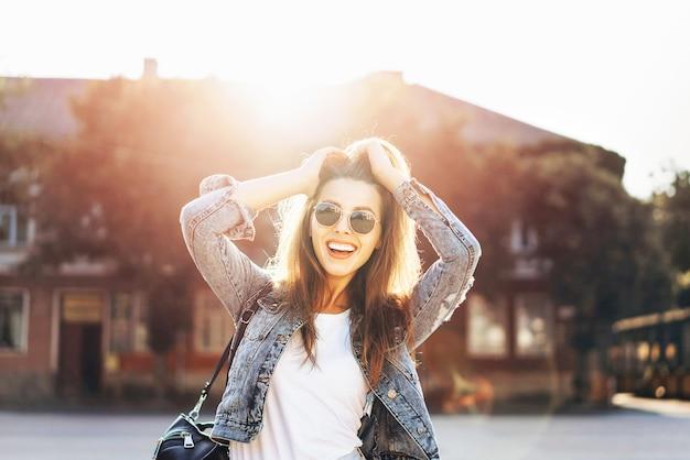 通りを歩いてかなり笑顔ブルネットの少女。