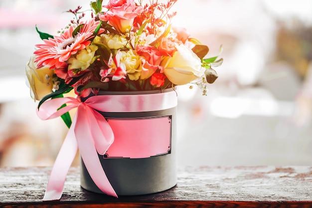 Прекрасные цветы в коробке с местом для вашего текста
