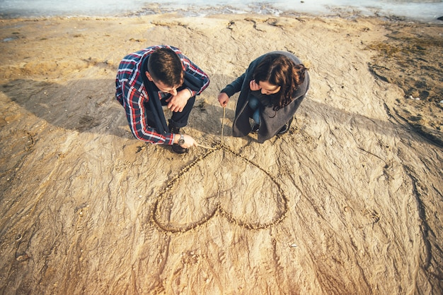 Молодая счастливая пара на открытом воздухе в парке