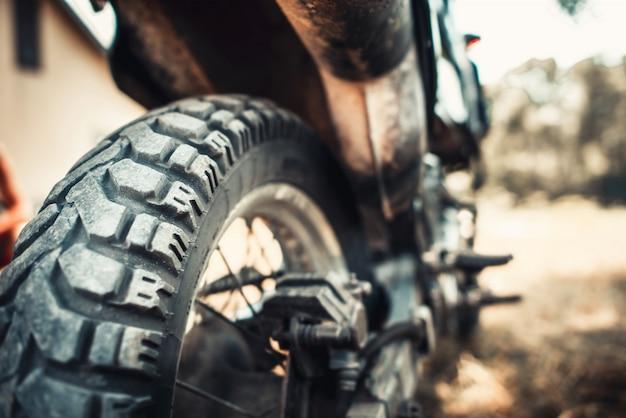 屋外のオフロードバイクのクローズアップ写真