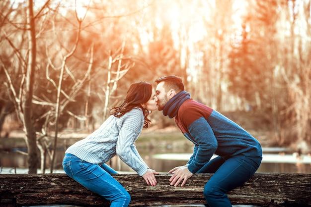公園で屋外の若い幸せなカップル