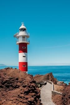 パスの終わりに赤と白の灯台