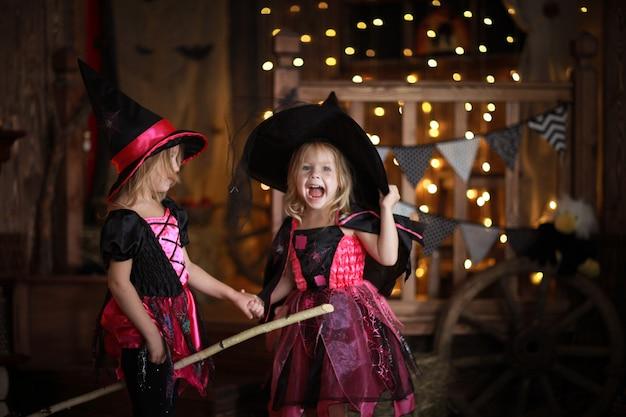 Смешные дети девочки в костюме ведьмы на хэллоуин
