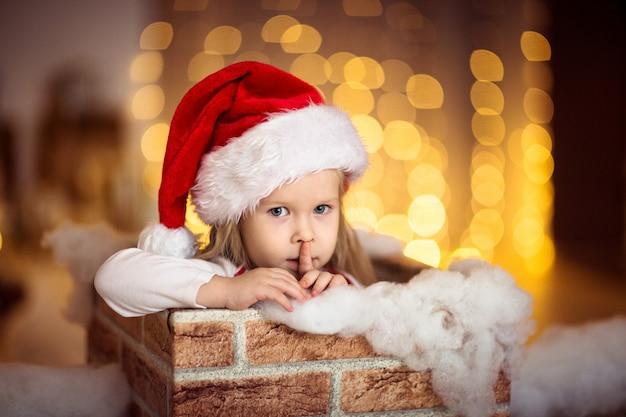Ребенка девушка улыбаться фоне золотых огней концепции рождество и новый год