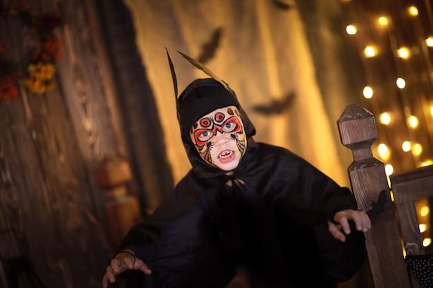 Мальчик в костюме летучей мыши на таинственном детском хэллоуин