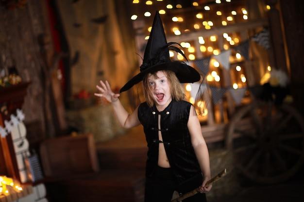 ほうきでクレイジーガール魔女。子供の頃のハロウィーン