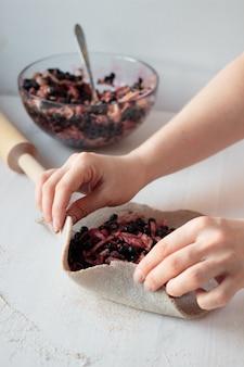 アップルブルーベリーパイを調理する女性