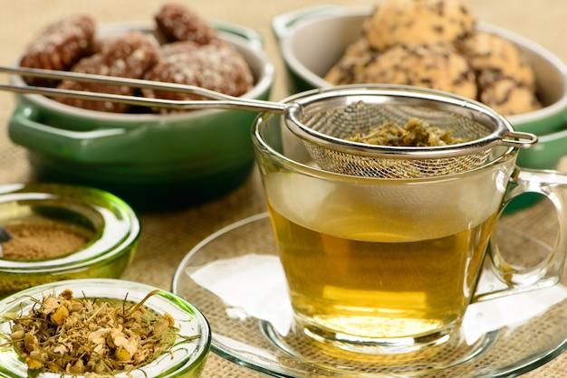 Ромашковый чай с крекерами