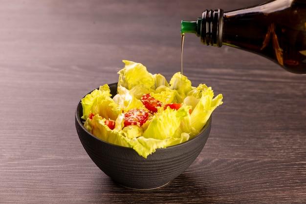 Американский салат с салатом из помидоров черри, посыпанный белым кунжутом