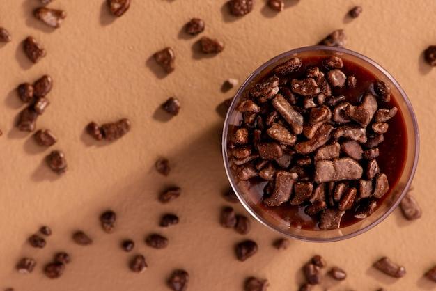 Акриловая чашка с бригадейру и шоколадными посыпками на коричневом