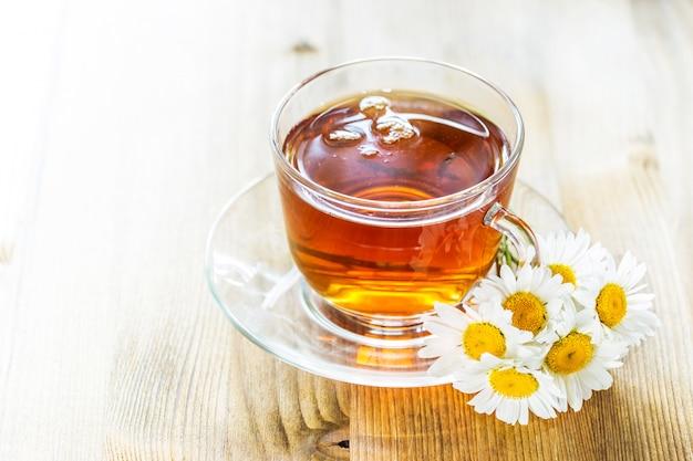 Чашка чая с ромашкой