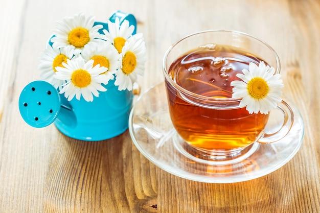 カモミールと紅茶のカップ
