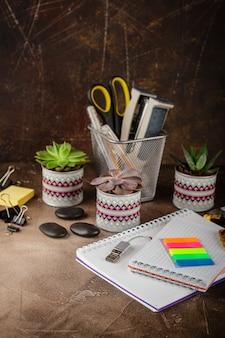 テーブルの上のメモ帳と多肉植物