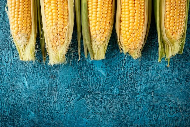 新鮮な生のトウモロコシの穂軸