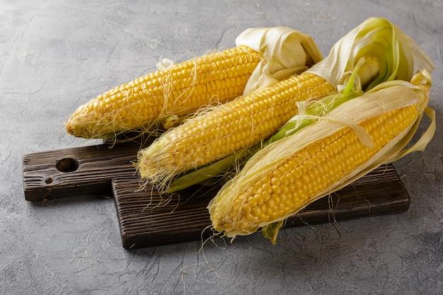 穂軸に新鮮なトウモロコシ
