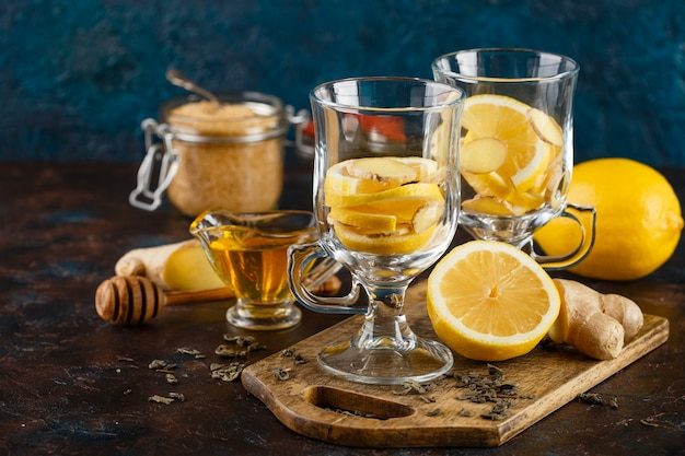 Чашка имбирного чая с медом и лимоном