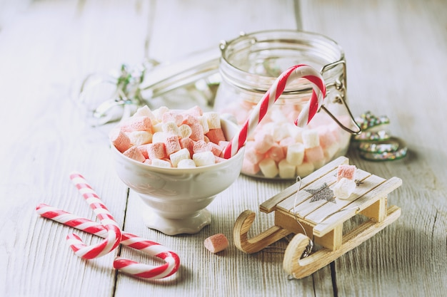 Рождественская чашка с маленькими зефирами и леденцами