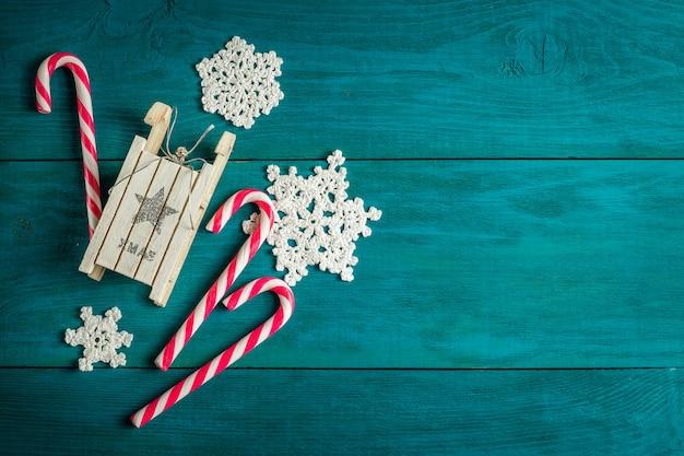 クリスマスキャンデー杖と木製のそり