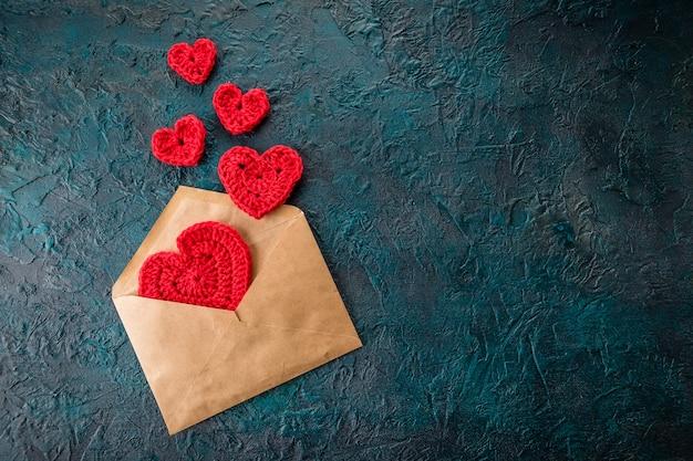 封筒の中のかぎ針編みのバレンタインハート