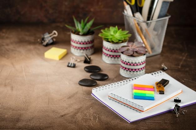 テーブルの上のメモ帳と多肉植物。ビジネスコンセプト。