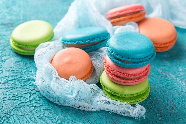 ケーキマカロンまたはマカロン、カラフルなアーモンドクッキー。