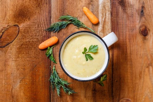 マグカップの野菜スープピューレ