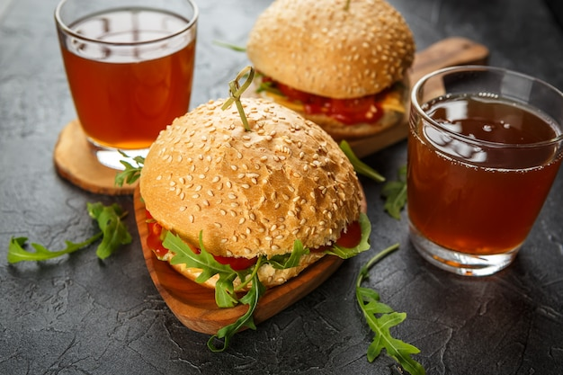 Домашний бургер с рукколой, помидорами и сыром